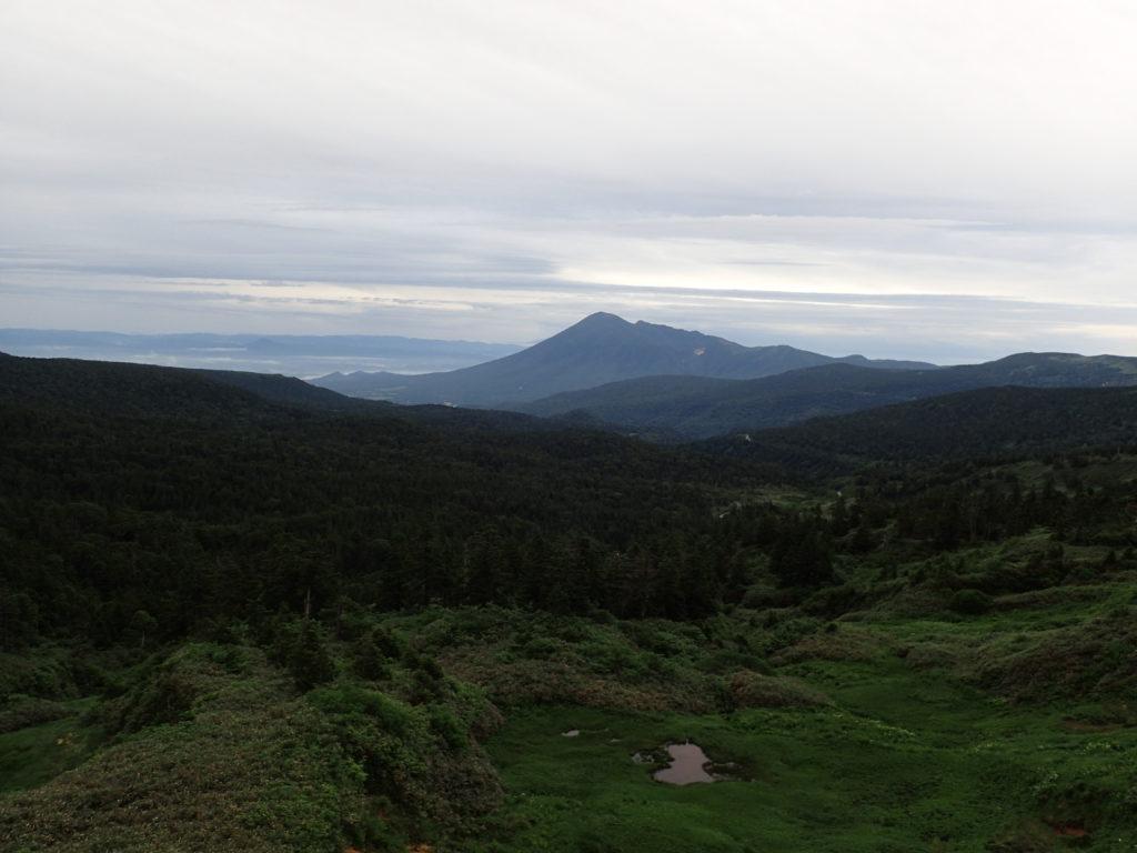 八幡平の見返峠からみる岩手山