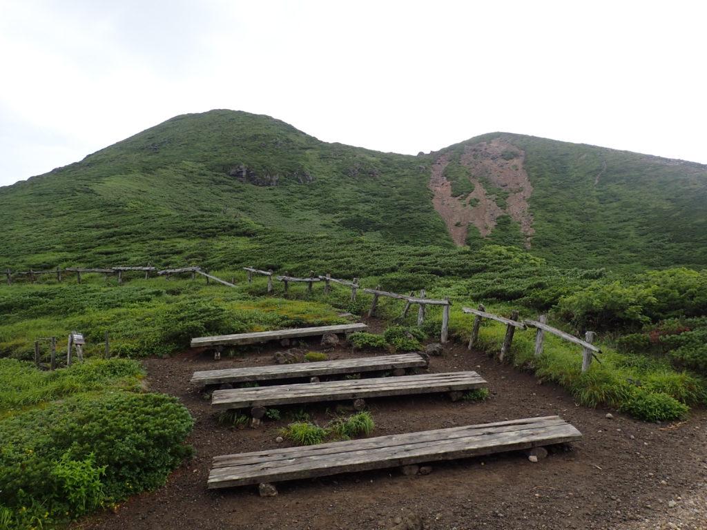 八甲田山の大岳避難小屋前のベンチと井戸岳