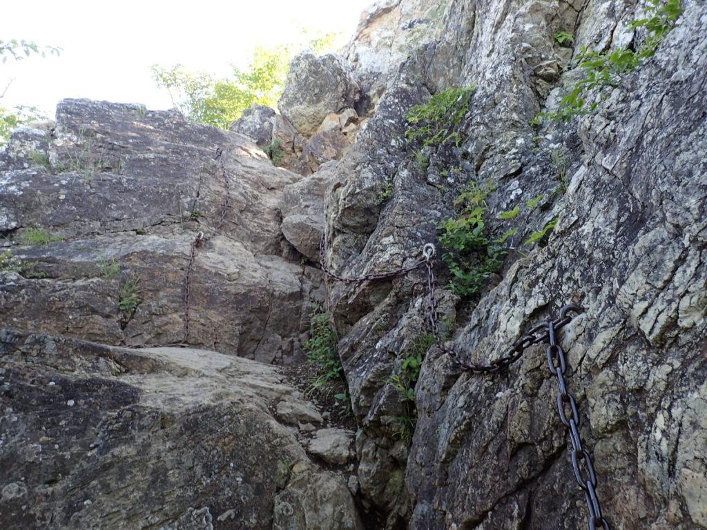 両神山日向大谷口ルート登山道の山頂直下の鎖場