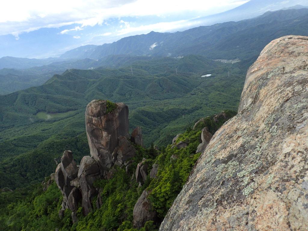 瑞牆山山頂から見る大ヤスリ岩