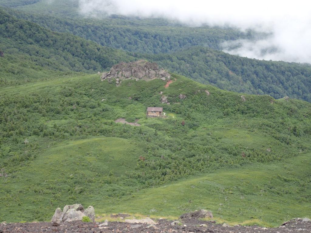 岩手山山頂から見おろす平笠不動避難小屋