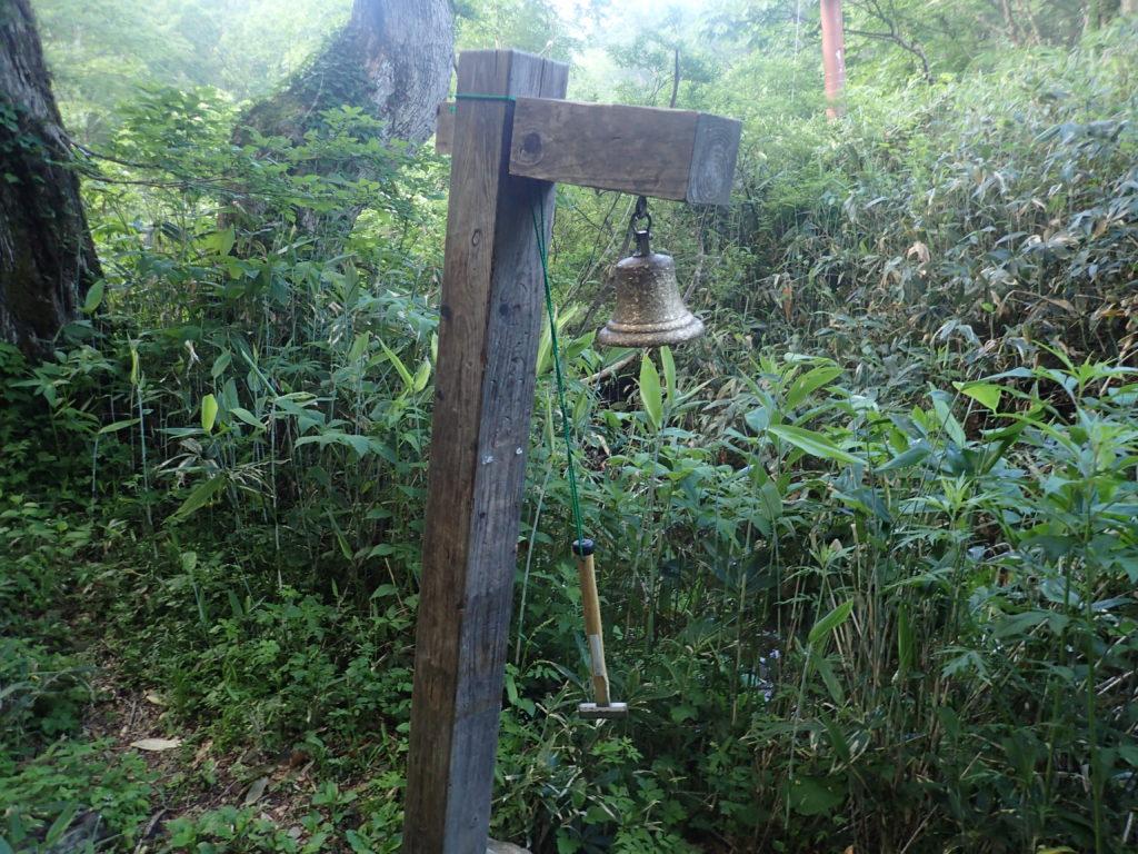 尾瀬の木道脇に備え付けられた熊よけの鐘