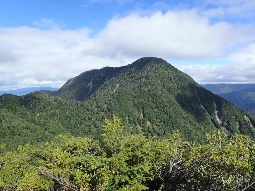 皇海山クラシックルートの白山から見る皇海山