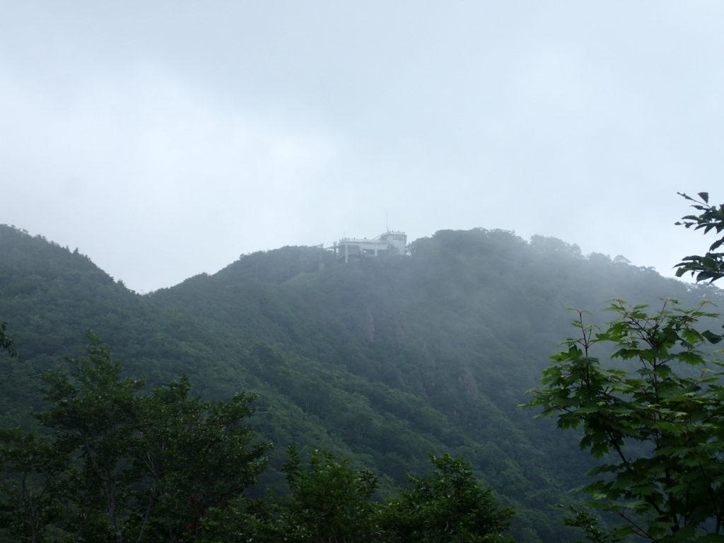 谷川岳の天神尾根登山道から見上げる天神峠