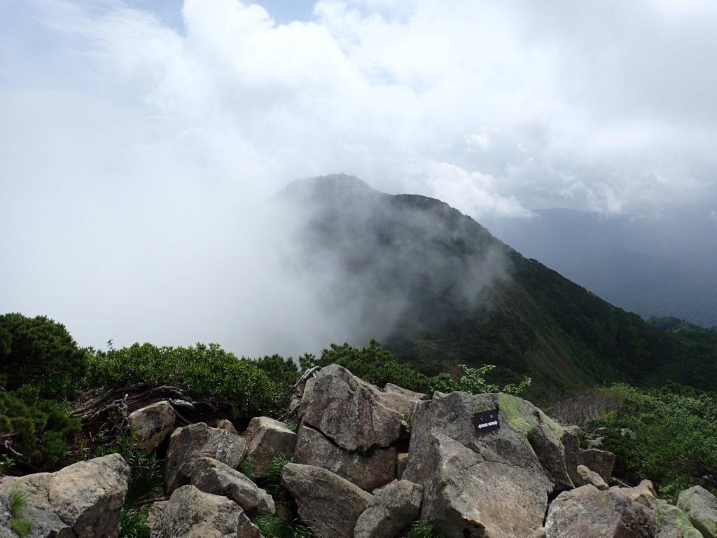 燧ヶ岳山頂の柴安嵓(しばやすぐら)から見る俎嵓(まないたぐら)