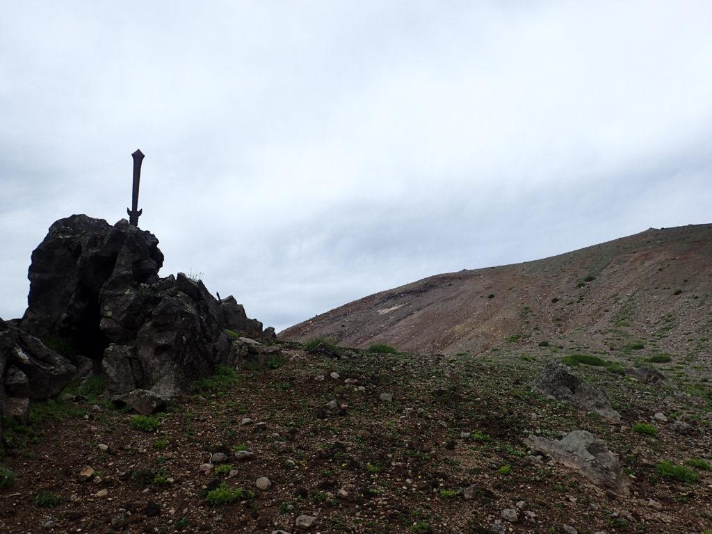 岩手山神社奥宮の前の剣
