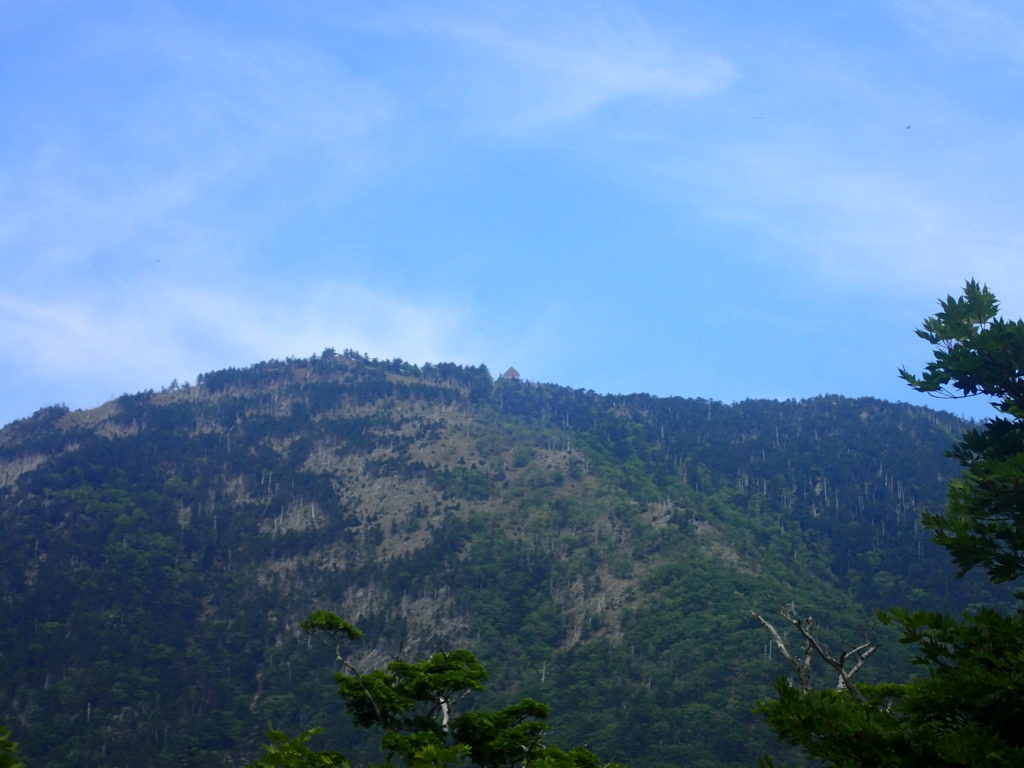 大峰山の八経ヶ岳から見た弥山小屋