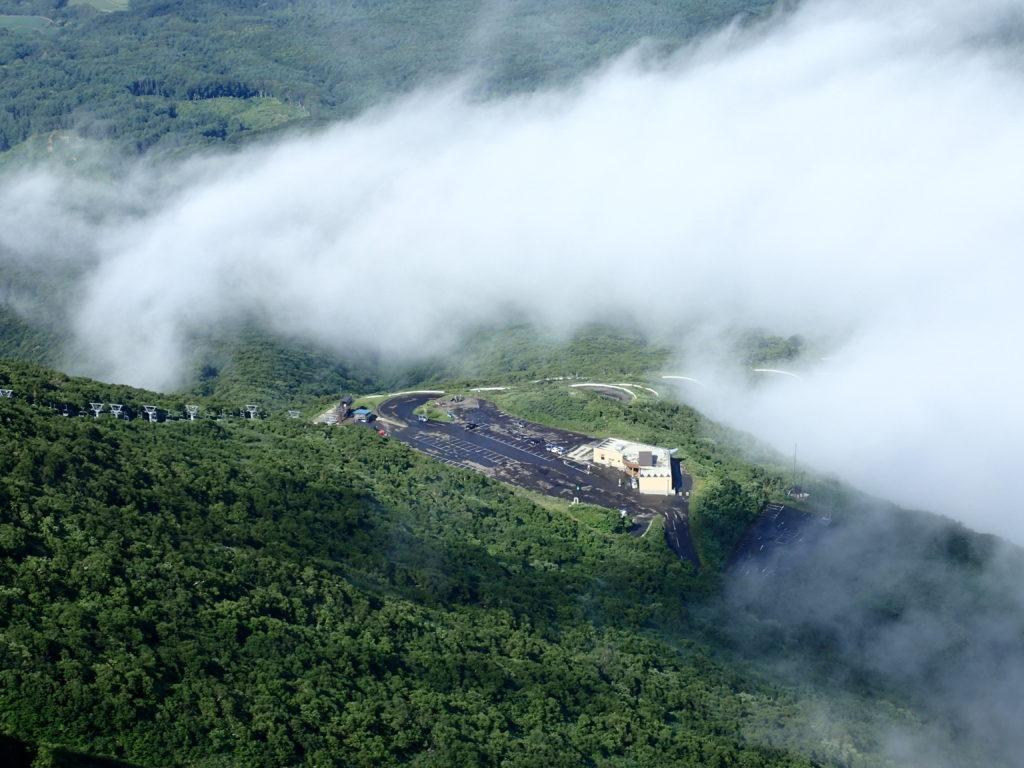 岩木山山頂から見る8合目駐車場