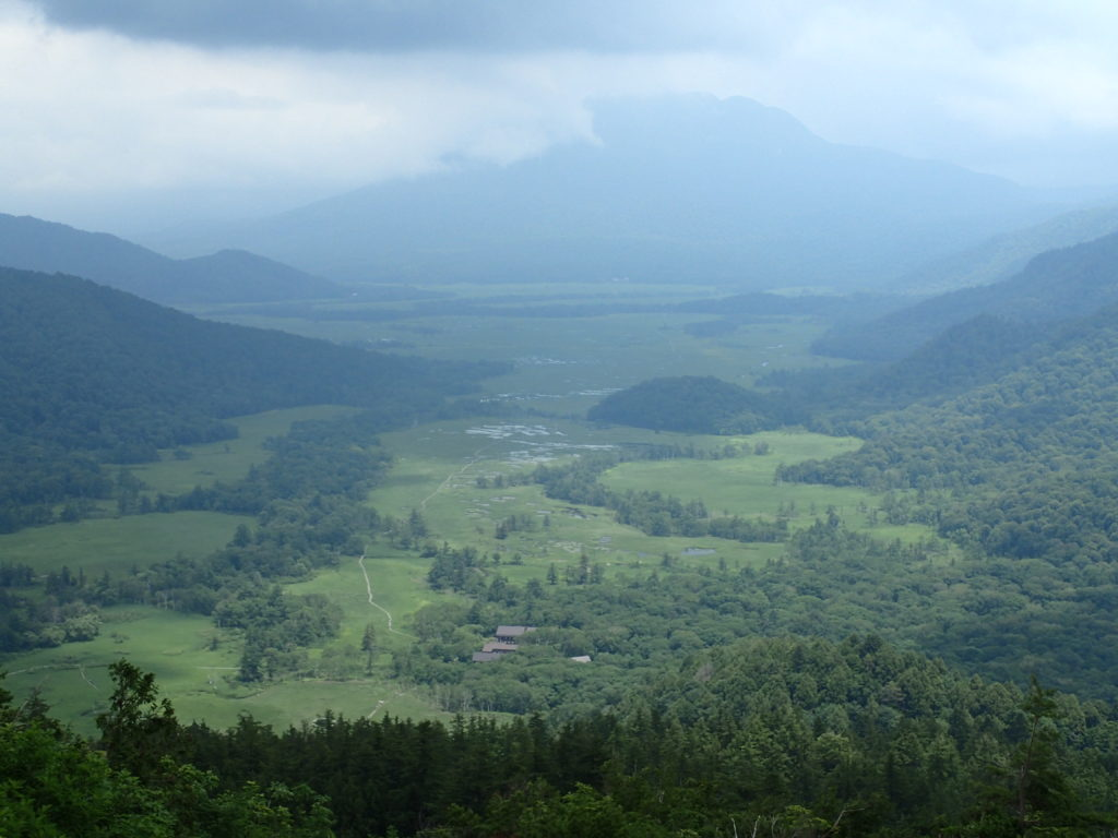 至仏山の東面登山道からみおろす尾瀬と燧ヶ岳