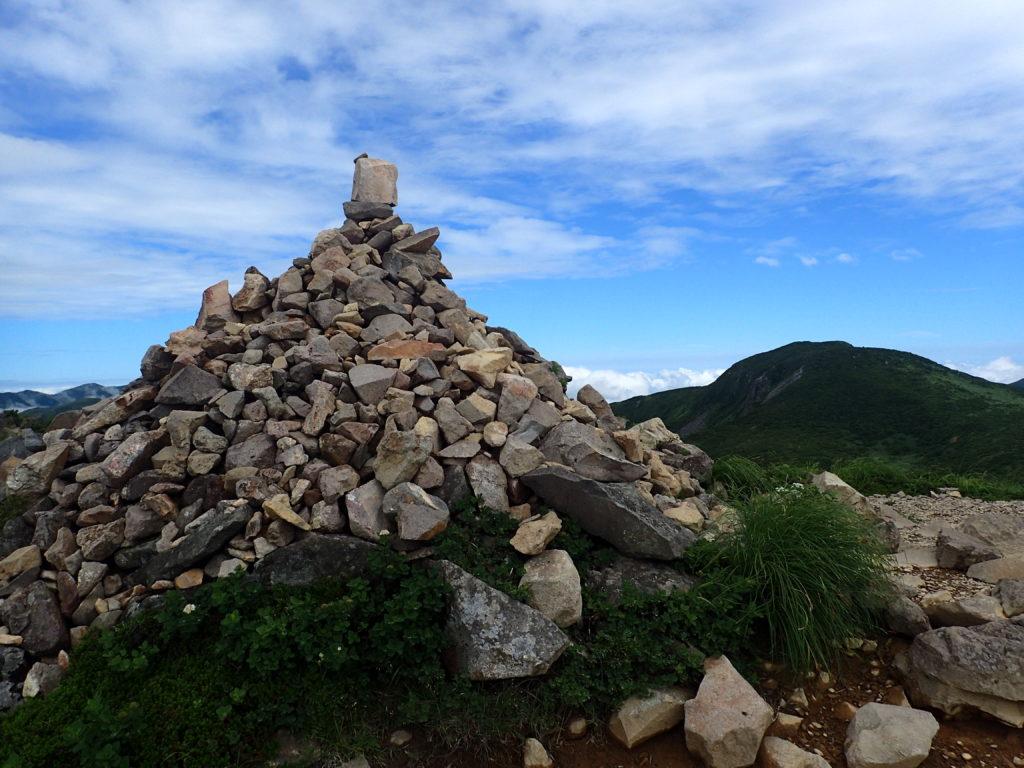 那須岳の1900m峰のケルン