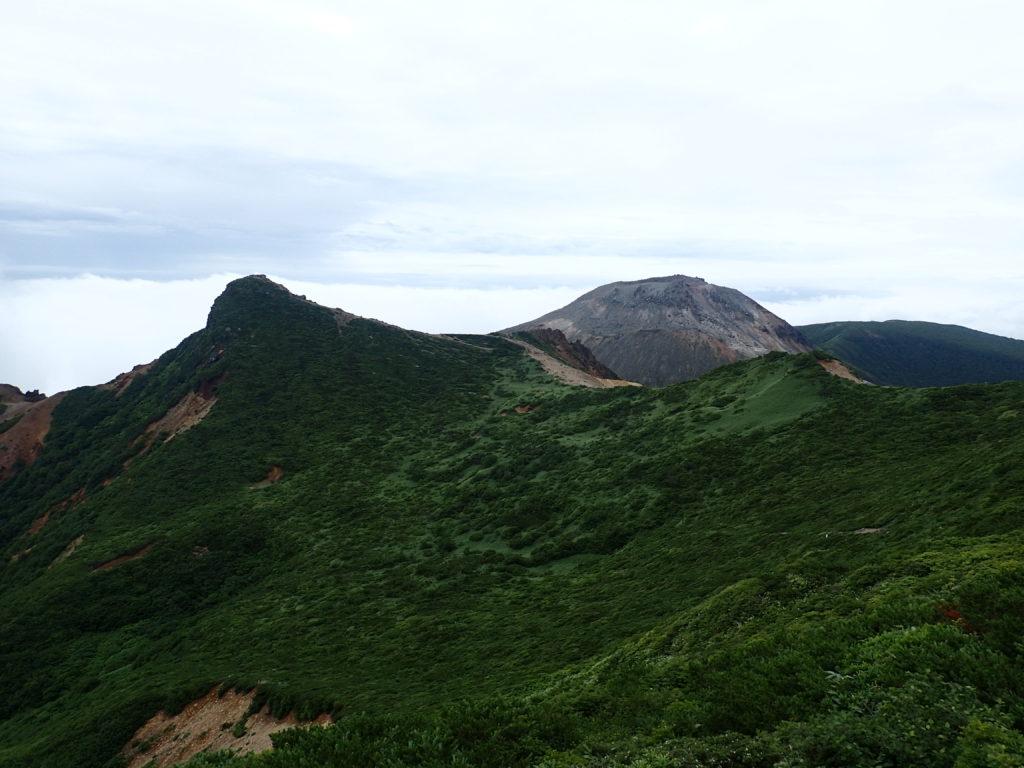那須岳の1900m峰側からみる朝日岳と茶臼岳
