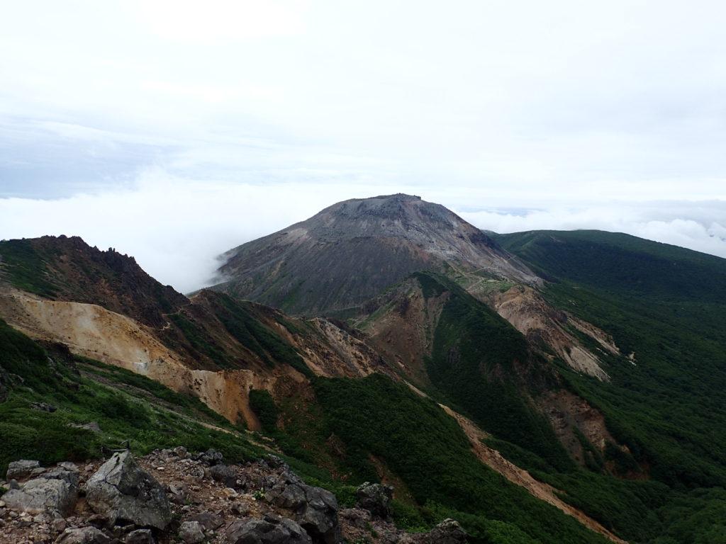 那須岳の朝日岳側から見る茶臼岳