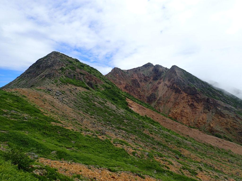 那須岳の峰ノ茶屋跡避難小屋から見る剣ヶ峰と朝日岳