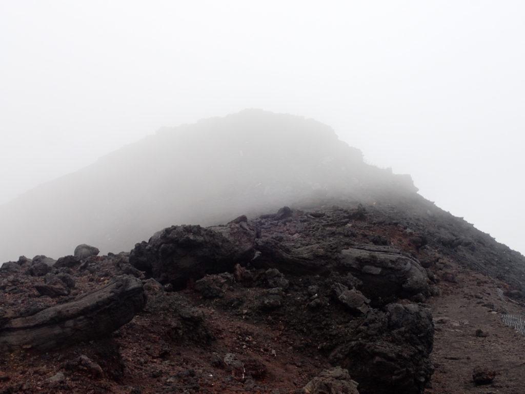 吉田口山頂から富士山のお鉢めぐりをした時の強風地帯