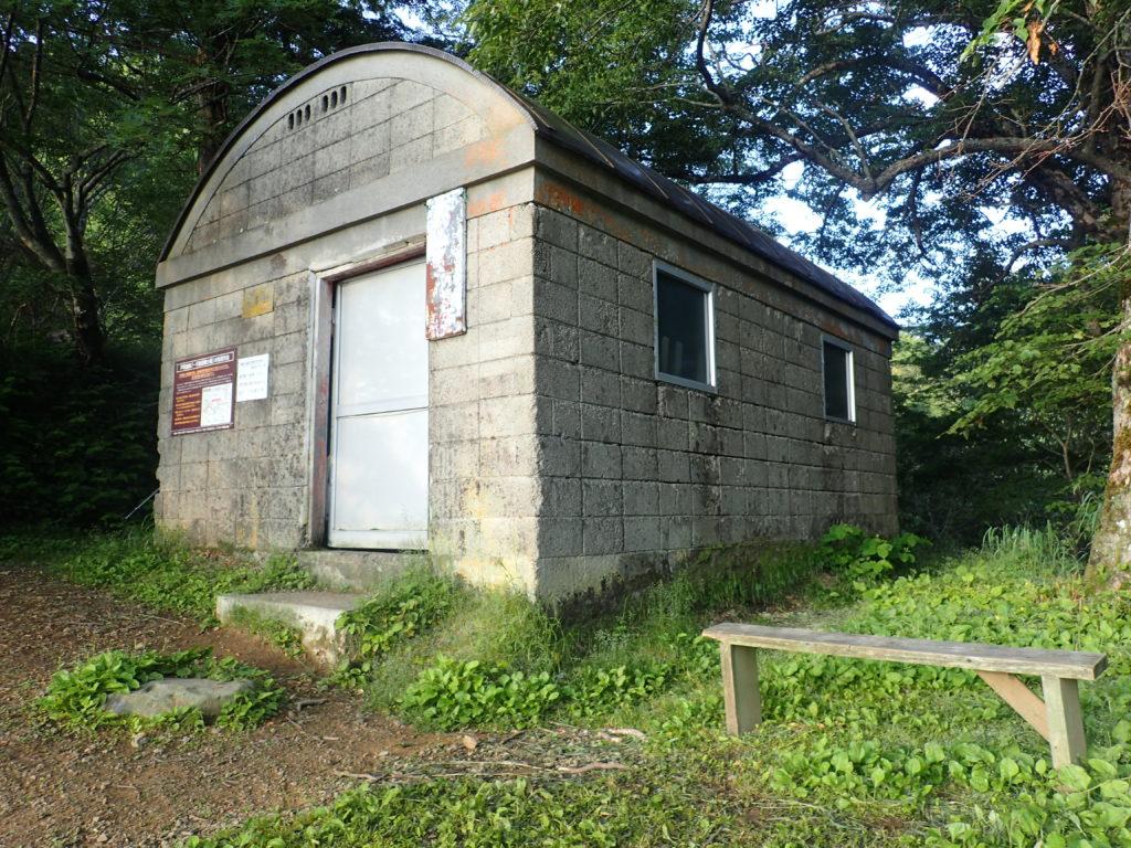 戸隠連峰の一不動避難小屋