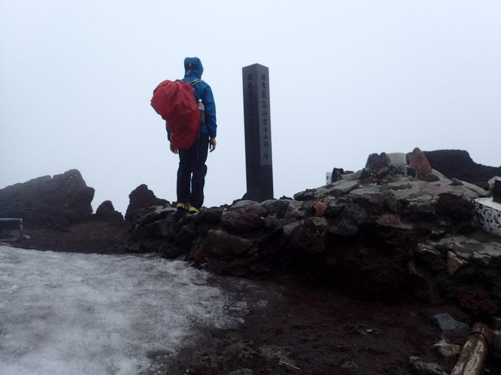 富士山剣ヶ峰で記念撮影