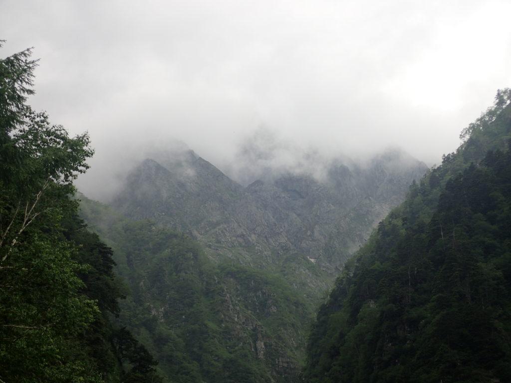 槍ヶ岳の新穂高ルートの滝谷から見上げる滝谷ドーム方向