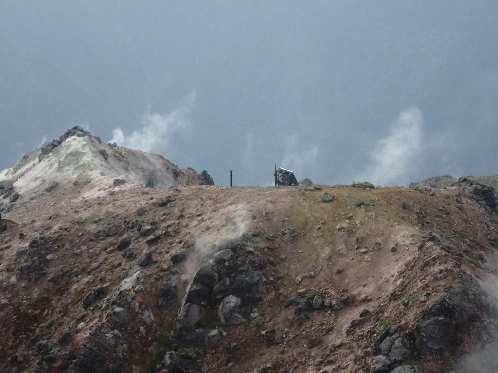 焼岳北峰山頂から眺める西峰