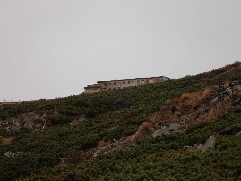 御嶽山の王滝ルートから見上げる王滝頂上山荘
