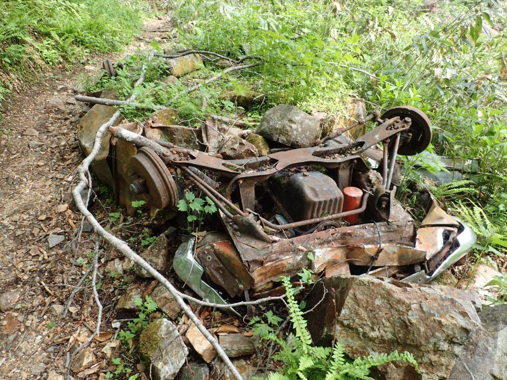 焼岳登山道にある廃車