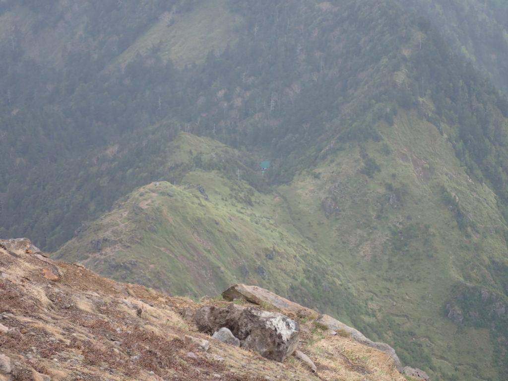 焼岳山頂から見おろす焼岳小屋