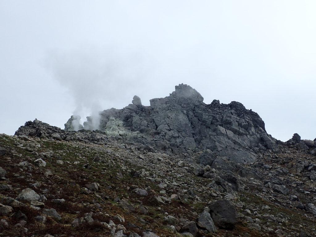 蒸気を上げる焼岳