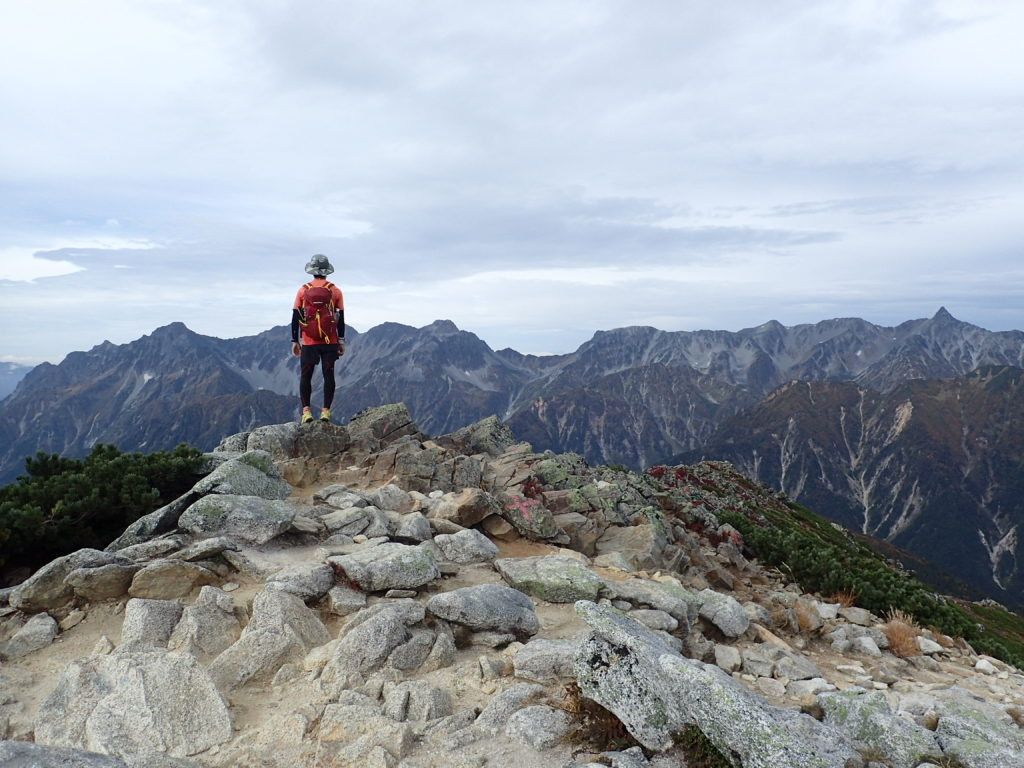 常念岳山頂で槍ヶ岳と穂高岳をバックに記念撮影