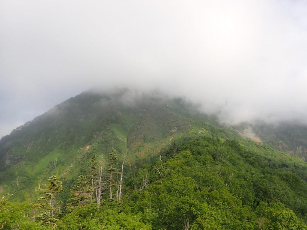 雲に覆われる高妻山
