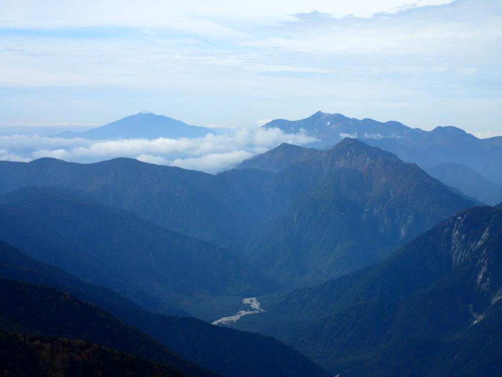 常念岳山頂から見る御嶽山と乗鞍
