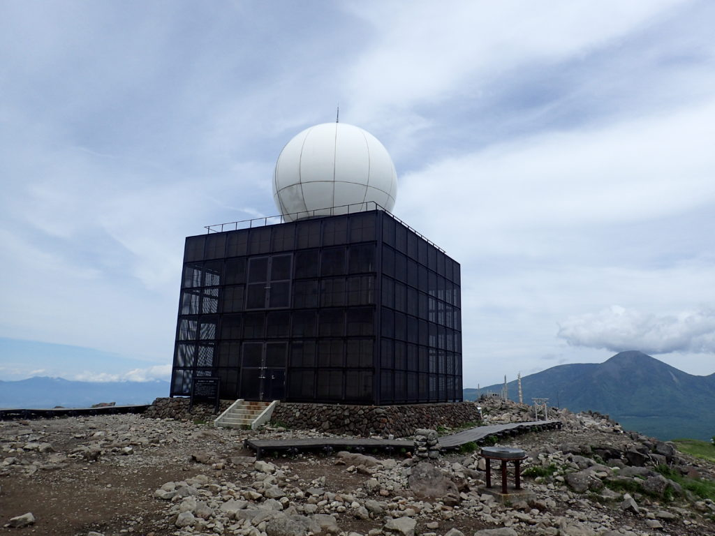 霧ケ峰の車山にある気象レーダー観測所(ドーム)