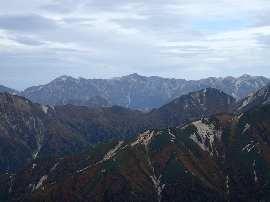 常念岳山頂から見る鷲羽岳と水晶岳