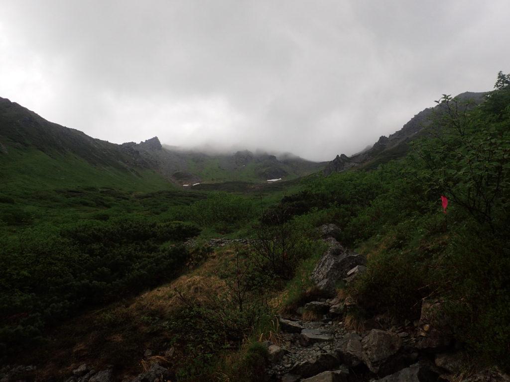飛騨沢カールから見上げる槍ヶ岳の稜線