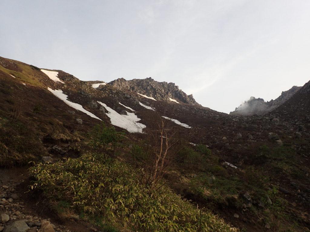 焼岳登山道(中の湯ルート)から見上げる焼岳山頂方向