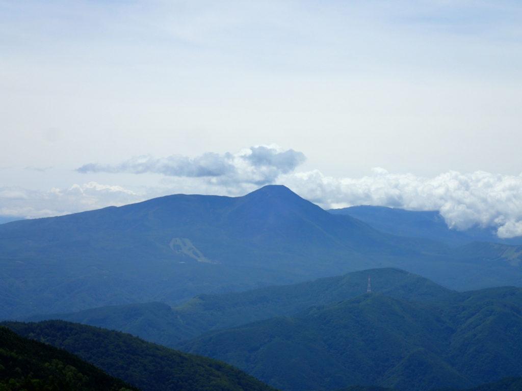 美ヶ原高原の山本小屋ふる里館前駐車場から見る蓼科山