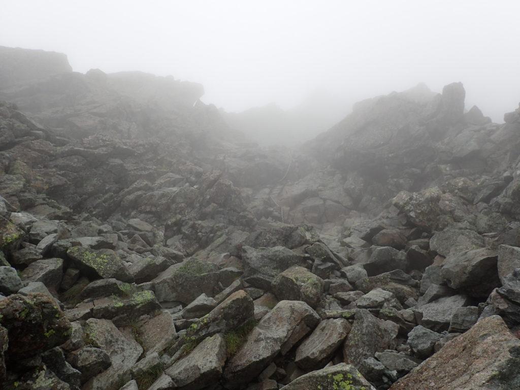 槍ヶ岳の穂先へと向かう登山道