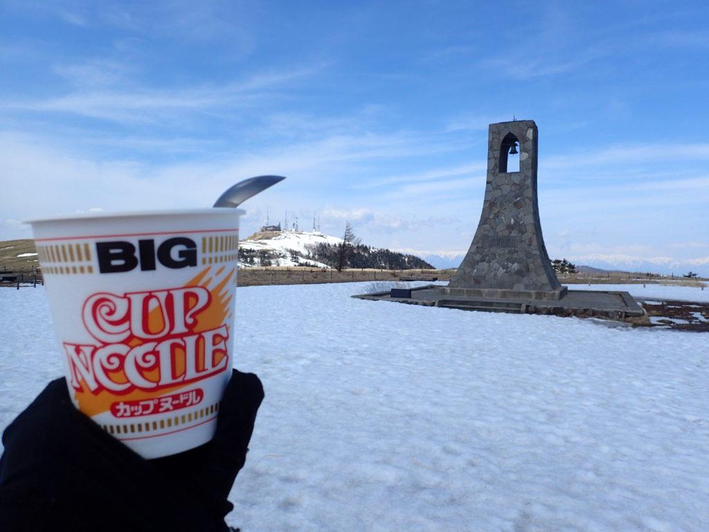 残雪の美ヶ原高原で美しの塔と王ヶ頭を眺めながらカップラーメン