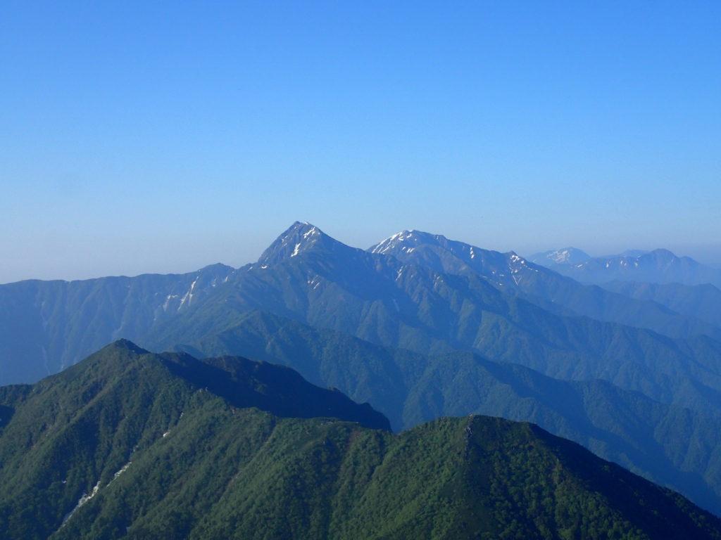 甲斐駒ヶ岳山頂から見る北岳と間ノ岳