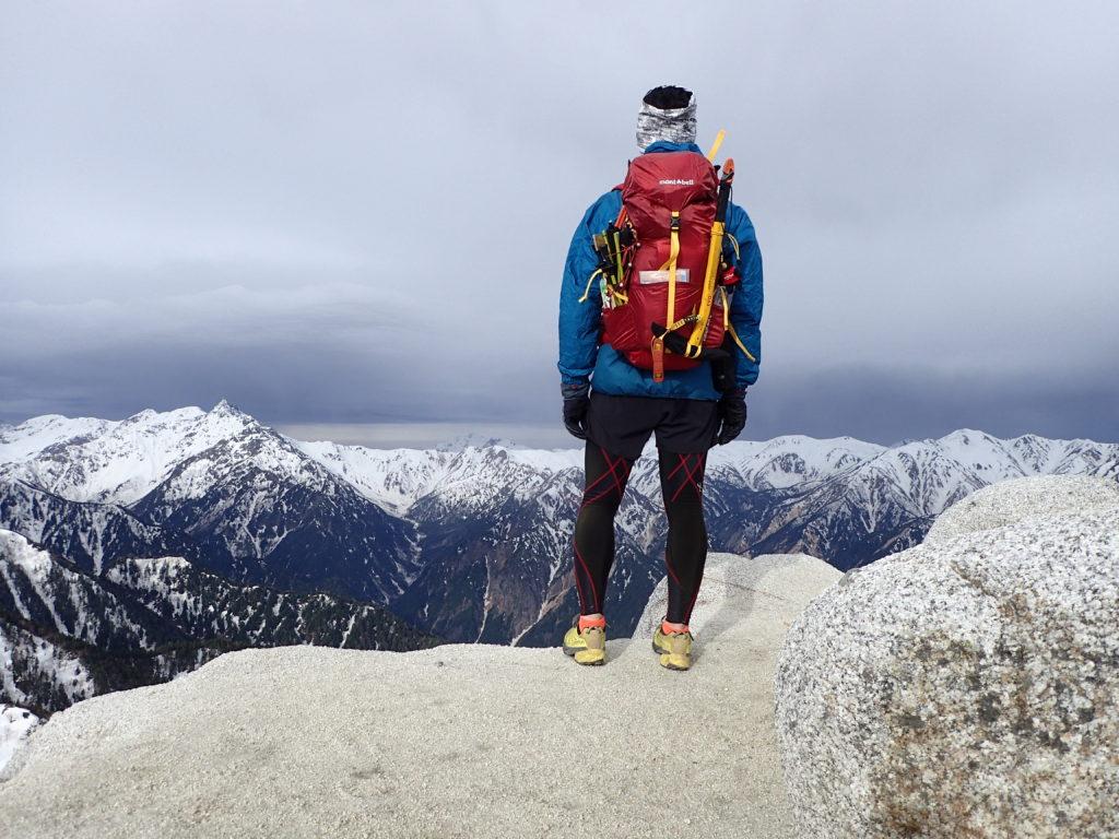 燕岳山頂でモンベルの登山用レインウェアであるトレントフライヤーを着て記念撮影