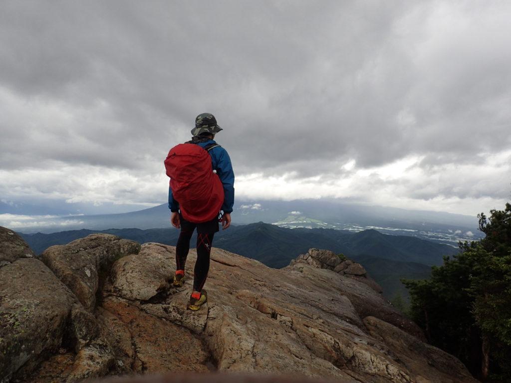 雨の降る瑞牆山山頂でモンベルの登山用レインウェアであるトレントフライヤーを着て記念撮影