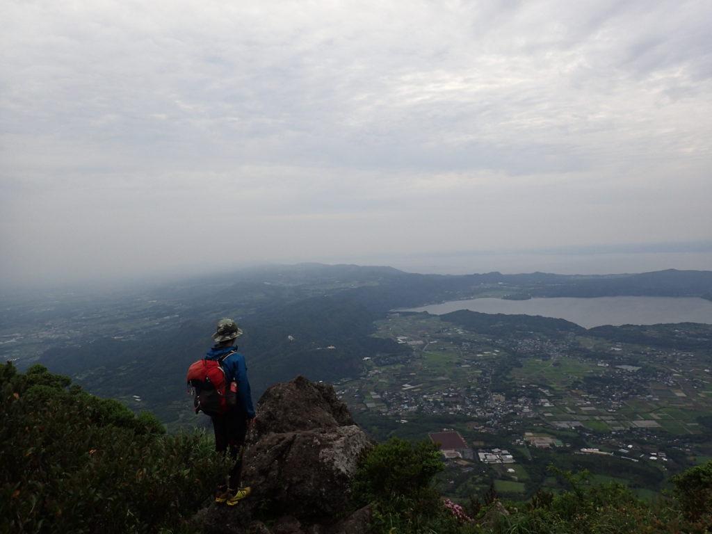 開聞岳山頂でモンベルの登山用レインウェアであるトレントフライヤーを着て記念撮影