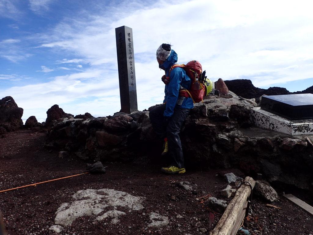 日本最高峰の富士山剣ヶ峰山頂でモンベルの登山用レインウェアであるトレントフライヤーを着て記念撮影