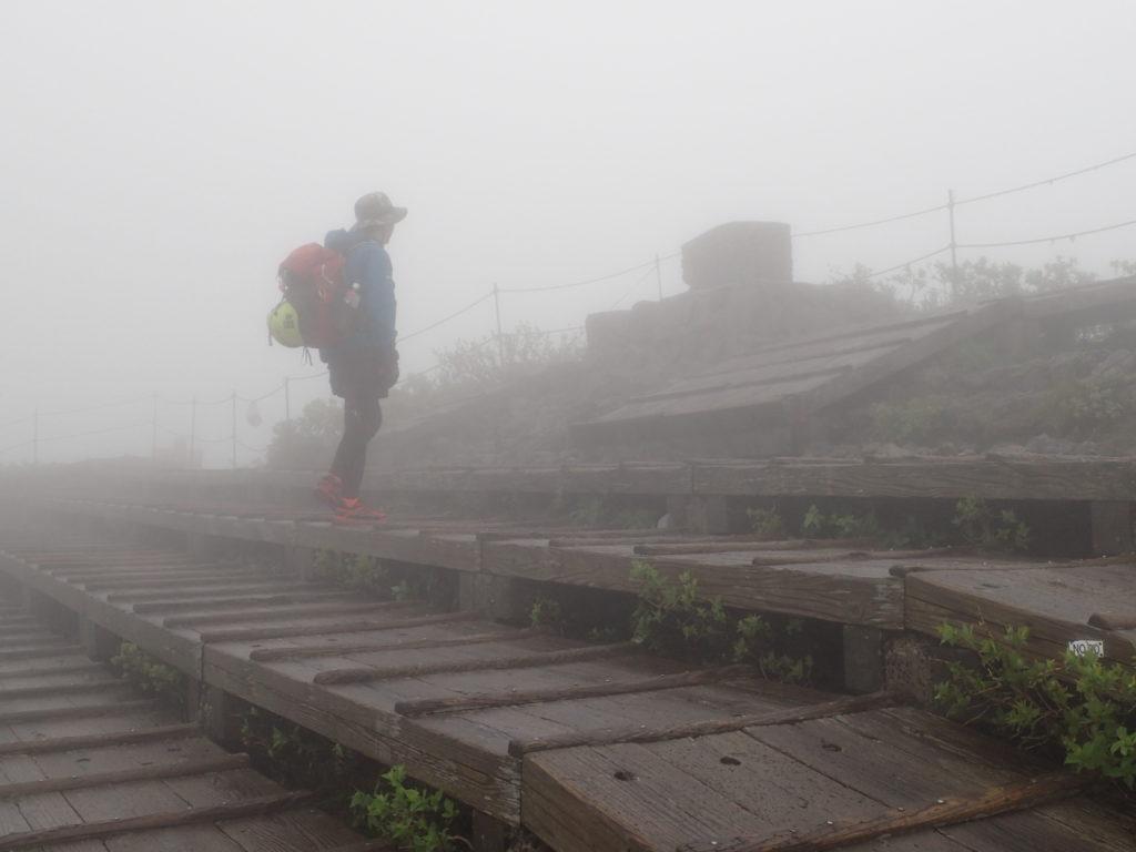 霧雨の大山でモンベルの登山用レインウェアであるトレントフライヤーを着て記念撮影