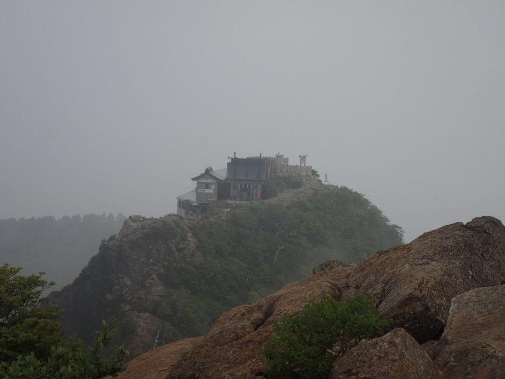 天狗岳側から石鎚神社を振り返る