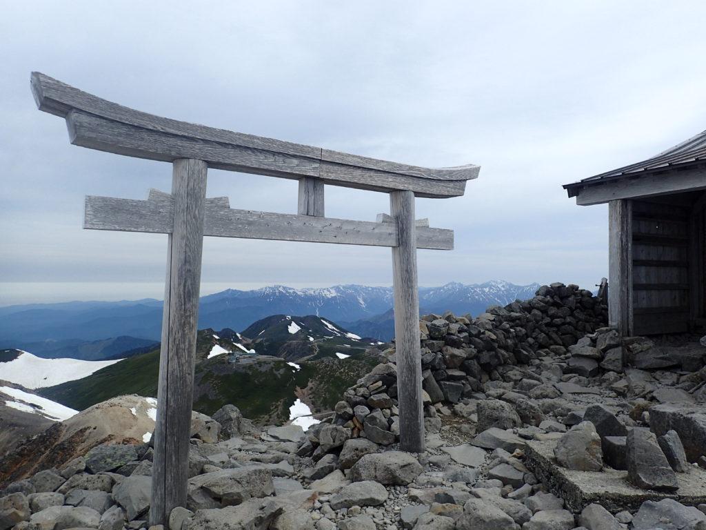 乗鞍岳の最高峰剣ヶ峰山頂にある乗鞍本宮の鳥居