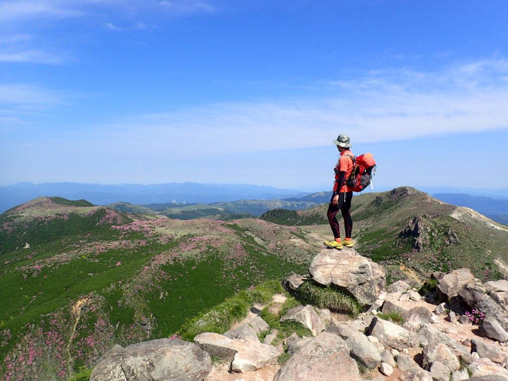 九重山(久住山)の山頂から景色を眺めている姿