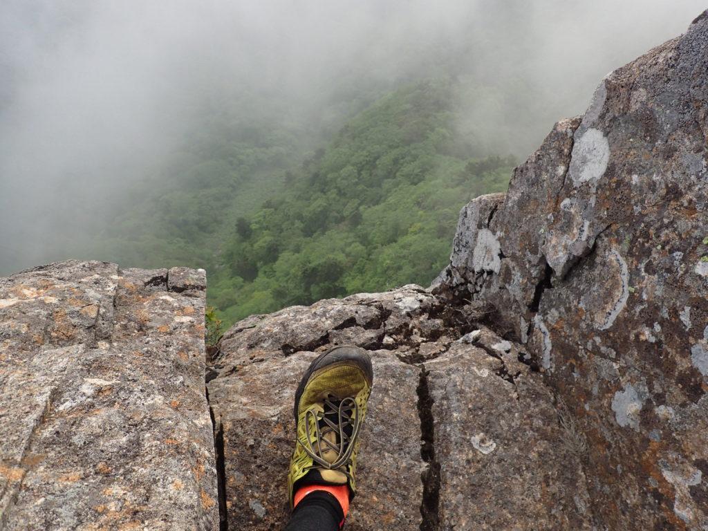 石鎚山の天狗岳山頂近くの絶壁