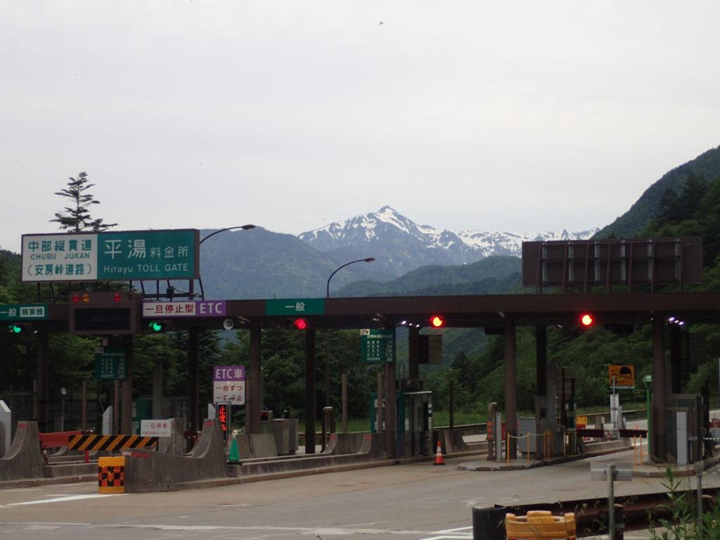 中部縦貫道(安房峠道路)の平湯料金所から見る笠ヶ岳