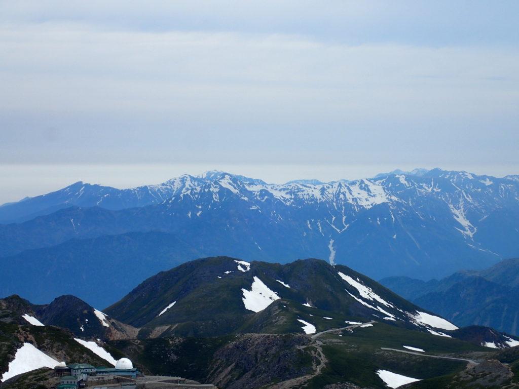 乗鞍岳最高峰の剣ヶ峰から見る北アルプス裏銀座の山々