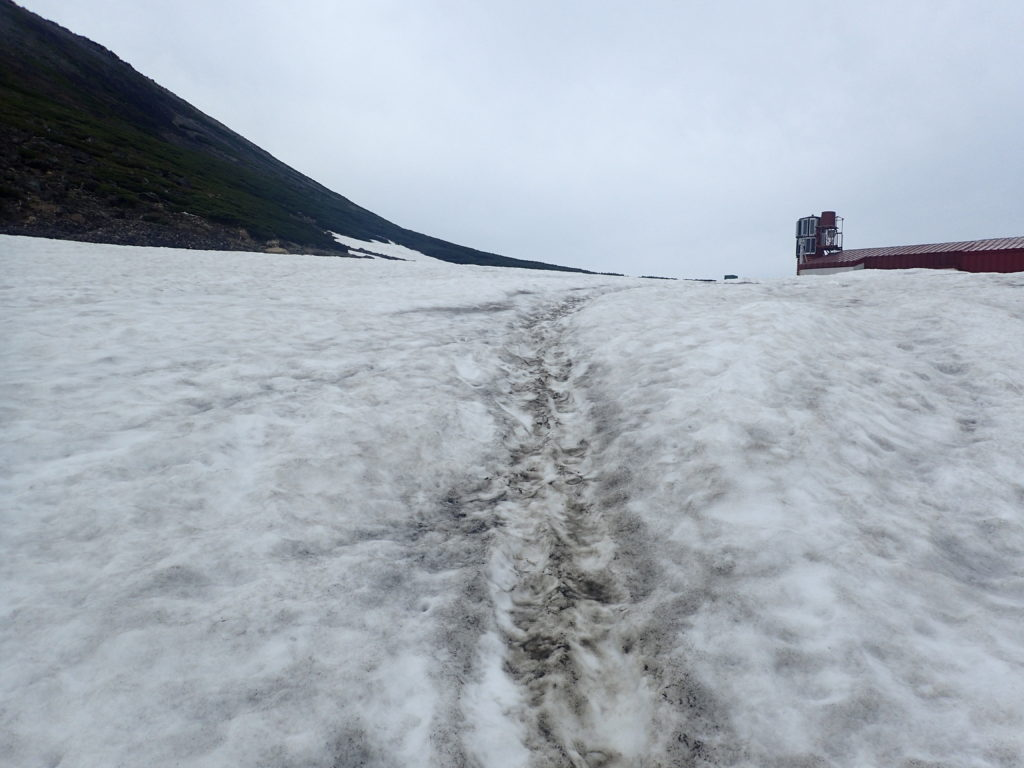 乗鞍岳に向かう残雪の登山道