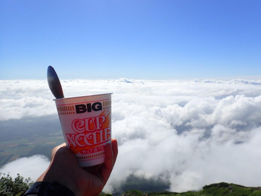後方羊蹄山山頂で食べるカップヌードル